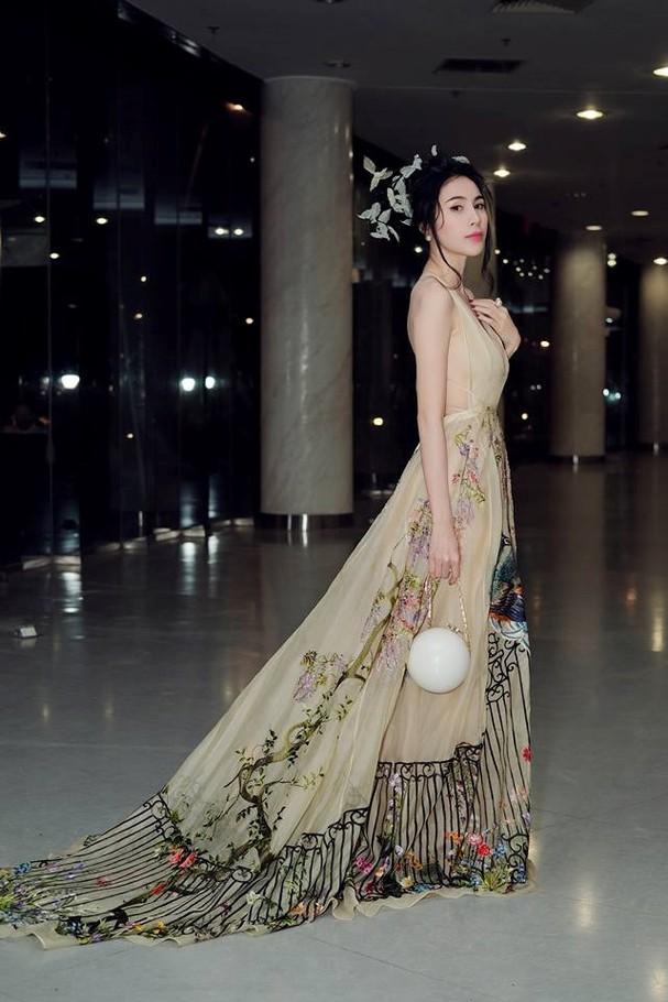 Thủy Tiên lộng lẫy trong trang phục chim công của nhà thiết kế Trần Hùng - ảnh 4