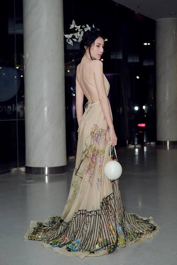 Thủy Tiên lộng lẫy trong trang phục chim công của nhà thiết kế Trần Hùng - ảnh 2