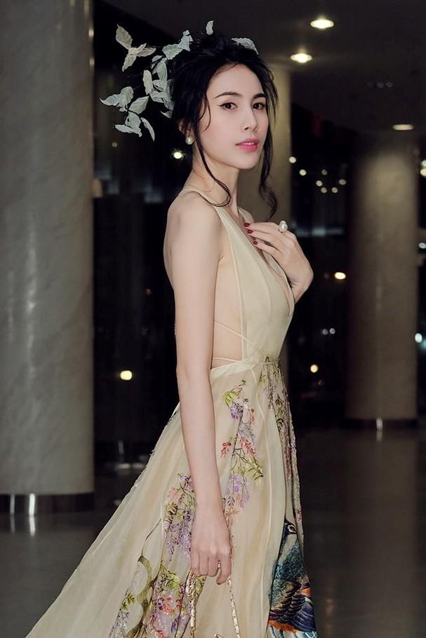 Thủy Tiên lộng lẫy trong trang phục chim công của nhà thiết kế Trần Hùng - ảnh 1
