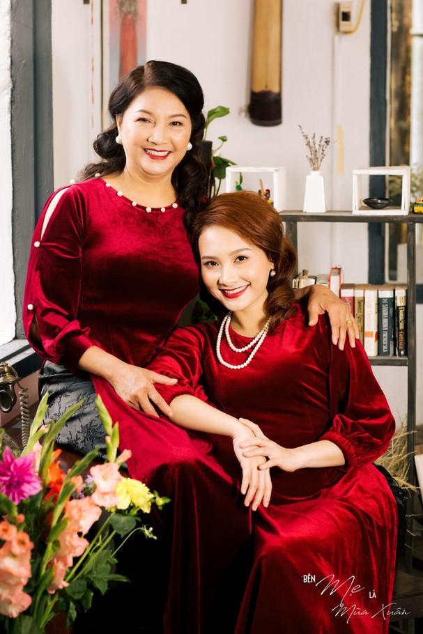 Mẹ con Bảo Thanh đẹp rạng ngời trong bộ ảnh áo dài xuân - Ảnh 2.