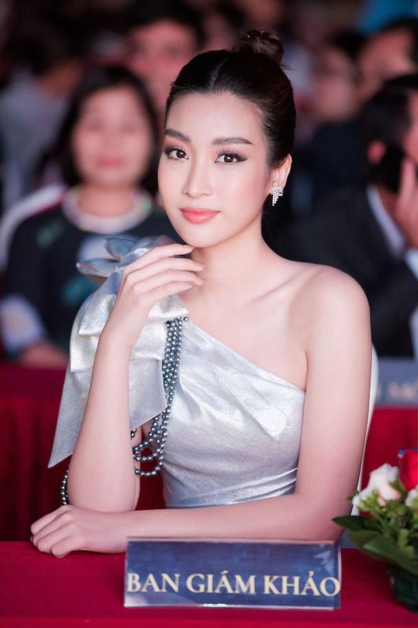 Hoa hậu Mỹ Linh đẹp tựa 'nữ thần' với váy lệch vai khi làm giám khảo - ảnh 7