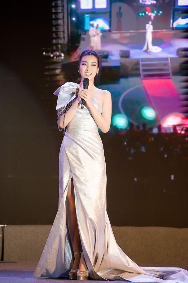 Hoa hậu Mỹ Linh đẹp tựa 'nữ thần' với váy lệch vai khi làm giám khảo - ảnh 8