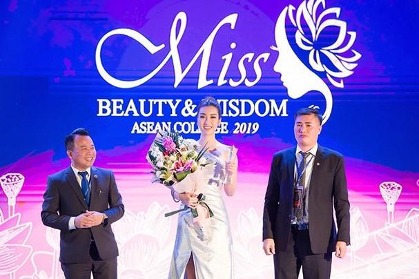 Hoa hậu Mỹ Linh đẹp tựa 'nữ thần' với váy lệch vai khi làm giám khảo - ảnh 9