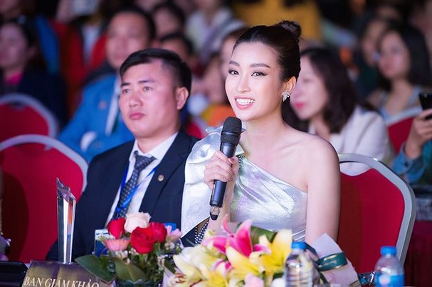 Hoa hậu Mỹ Linh đẹp tựa 'nữ thần' với váy lệch vai khi làm giám khảo - ảnh 10