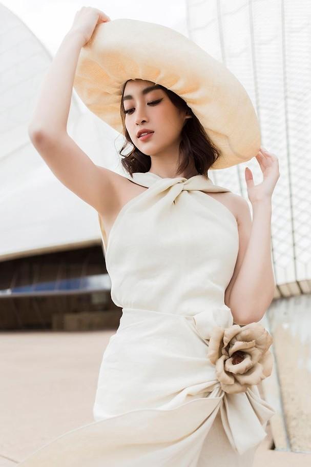 Hoa hậu Mỹ Linh, Tiểu Vy khoe nhan sắc thanh xuân rực rỡ ở Sydney - ảnh 10
