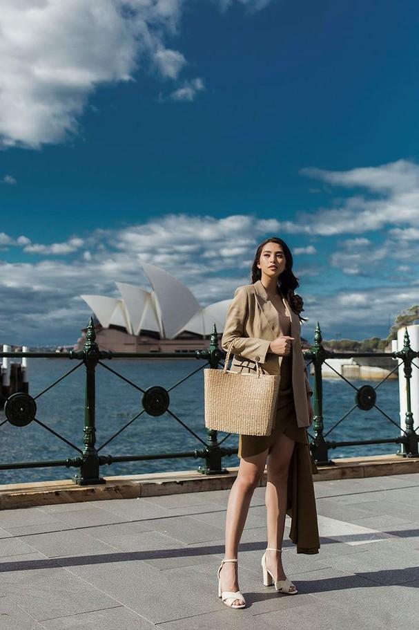 Hoa hậu Mỹ Linh, Tiểu Vy khoe nhan sắc thanh xuân rực rỡ ở Sydney - ảnh 11