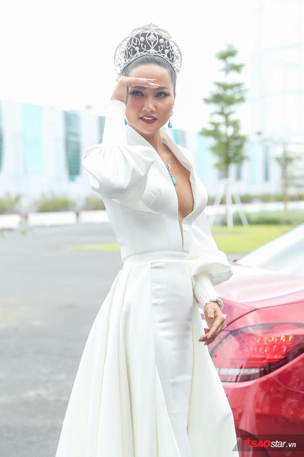Hoa hậu HHen Niê đội vương miện 2.7 tỷ, hào hứng trở thành host Miss Universe Vietnam 2019 ảnh 4