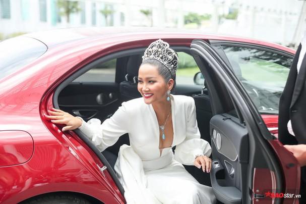 Hoa hậu HHen Niê đội vương miện 2.7 tỷ, hào hứng trở thành host Miss Universe Vietnam 2019 ảnh 0