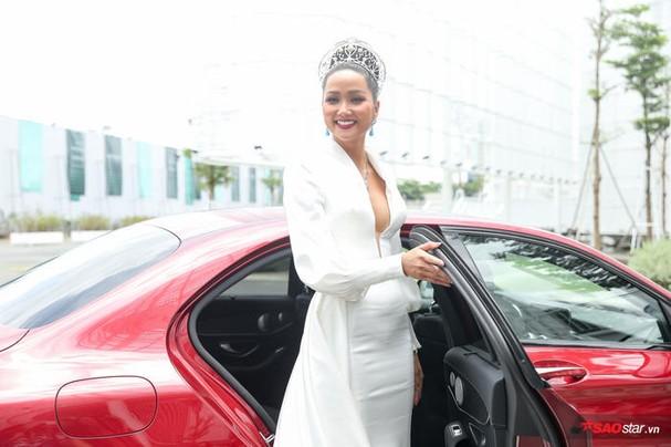 Hoa hậu HHen Niê đội vương miện 2.7 tỷ, hào hứng trở thành host Miss Universe Vietnam 2019 ảnh 3