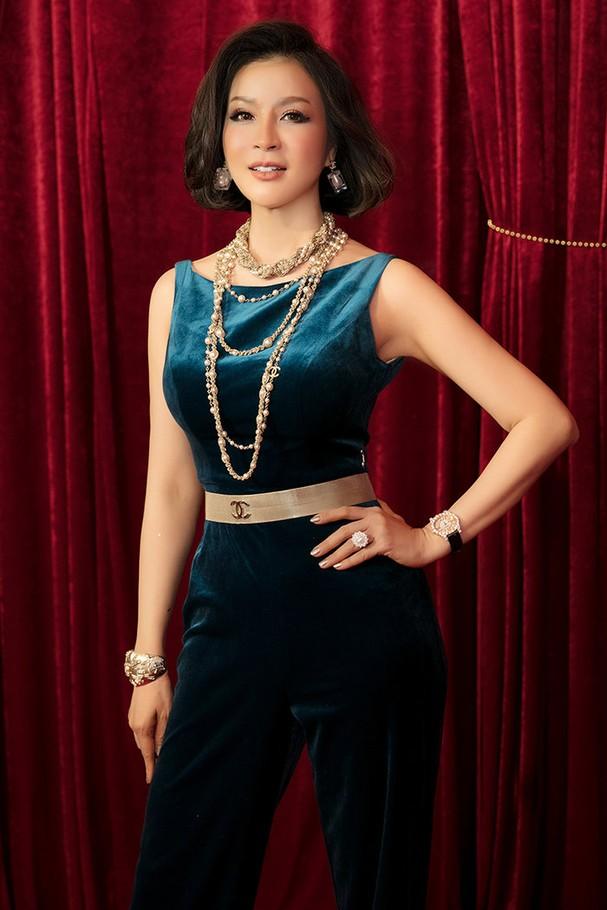 MC Thanh Mai mặc bộ jumpsuit màu xanh quý phái