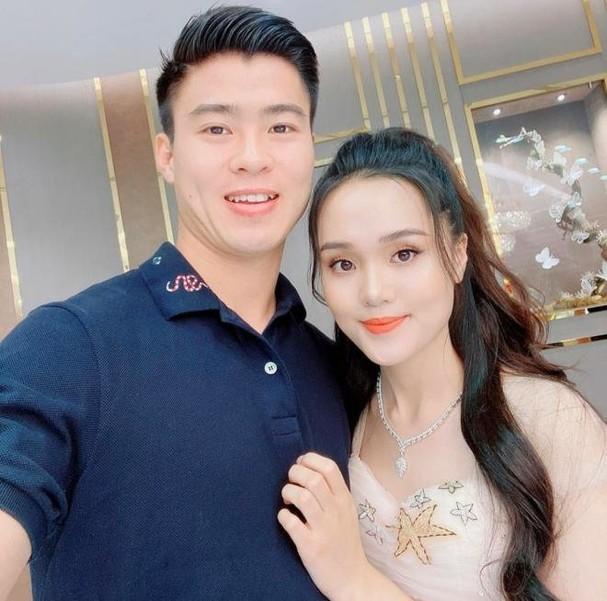 Vừa sang năm mới, Duy Mạnh chơi lớn cầu hôn Quỳnh Anh ngay giữa phố đi bộ ảnh 2