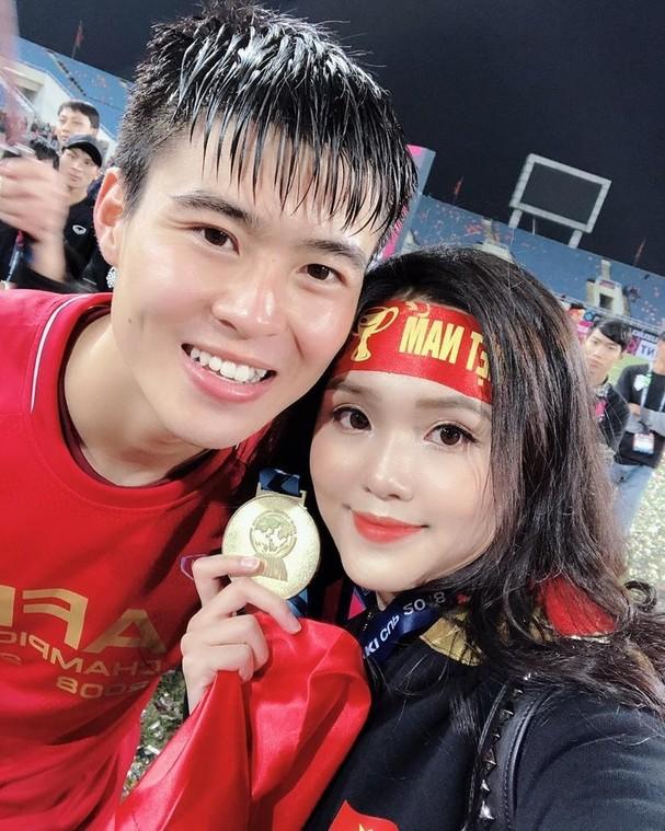 Vừa sang năm mới, Duy Mạnh chơi lớn cầu hôn Quỳnh Anh ngay giữa phố đi bộ ảnh 1