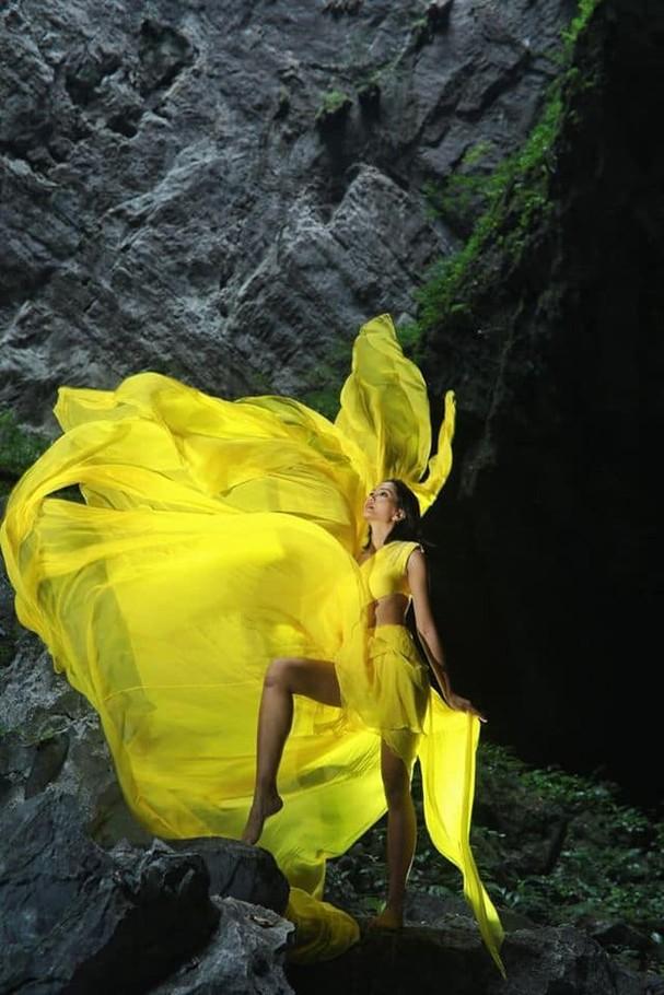 H'Hen Niê tung váy dạ hội đẹp tựa 'nữ thần' trong hang Sơn Đoòng - ảnh 4