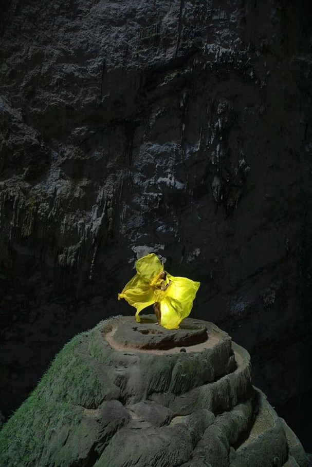 H'Hen Niê tung váy dạ hội đẹp tựa 'nữ thần' trong hang Sơn Đoòng - ảnh 1