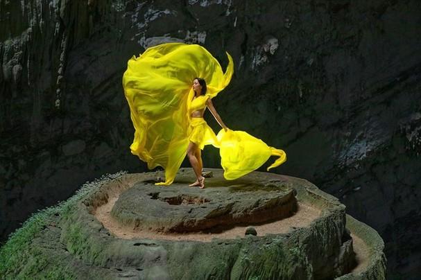 H'Hen Niê tung váy dạ hội đẹp tựa 'nữ thần' trong hang Sơn Đoòng - ảnh 2