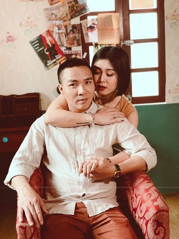 Trong cuộc sống đời thường, Mạnh Hùng luôn tỏ ra là người bố mẫu mực khi rất chiều chuộng, chăm sóc hai con riêng của vợ.