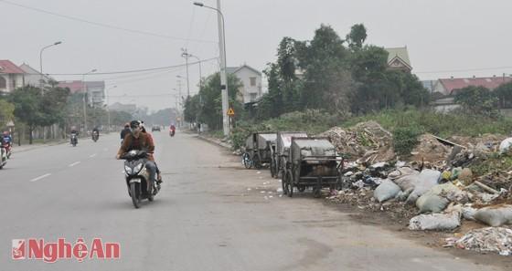 Rác, xe đẩy rác nằm ngay sát lề đường Phạm Đình Toái (ảnh chụp lúc 7 giờ 10 phút ngày 25/12/2014)