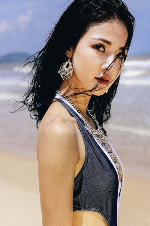 Trần Thị Quỳnh khoe dáng trong áo tắm