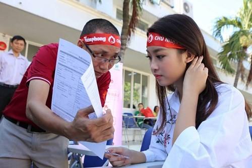 Hoa hậu Mỹ Linh xinh tươi rạng rỡ đi hiến máu ảnh 2