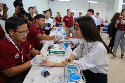 Hoa hậu Mỹ Linh xinh tươi rạng rỡ đi hiến máu ảnh 6