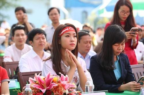 Hoa hậu Mỹ Linh xinh tươi rạng rỡ đi hiến máu ảnh 1