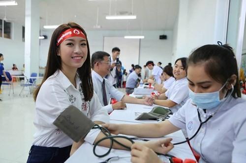 Hoa hậu Mỹ Linh xinh tươi rạng rỡ đi hiến máu ảnh 4