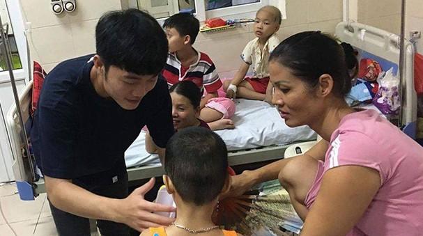 Công Phượng, Xuân Trường tặng quà Trung thu cho em nhỏ bệnh viên K