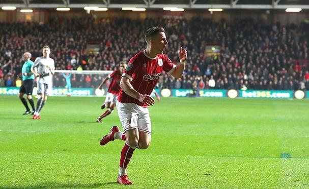 Niềm vui của cầu thủ mang áo số 3 bên phía Bristol