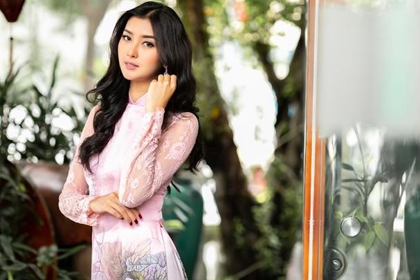 Hoa hậu Quốc tế 2017 quyến rũ đến hút hồn trong tà áo dài Việt Nam - ảnh 1