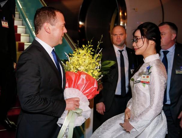 Thiếu nữ Thủ đô Hà Nội tặng hoa Thủ tướng Liên bang Nga Dmitry Anatolyevich Medvedev khi vừa tới sân bay Quốc tế Nội Bài tối 18-11-2018