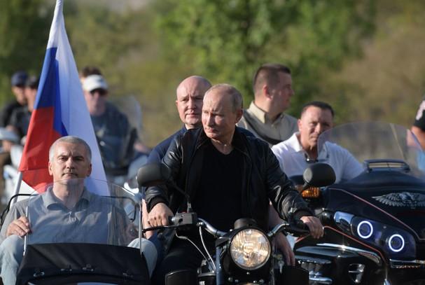"""Ông Putin 'cực ngầu' khi cưỡi xe """"Ural"""" chở lãnh đạo Crưm đến dự buổi trình diễn mô-tô  - ảnh 1"""