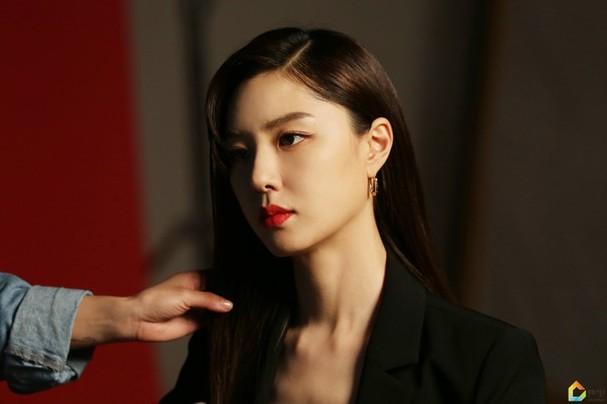 Mê mẩn sắc vóc quyến rũ của 'chị đại Triều Tiên' phim Hạ cánh nơi anh - ảnh 10