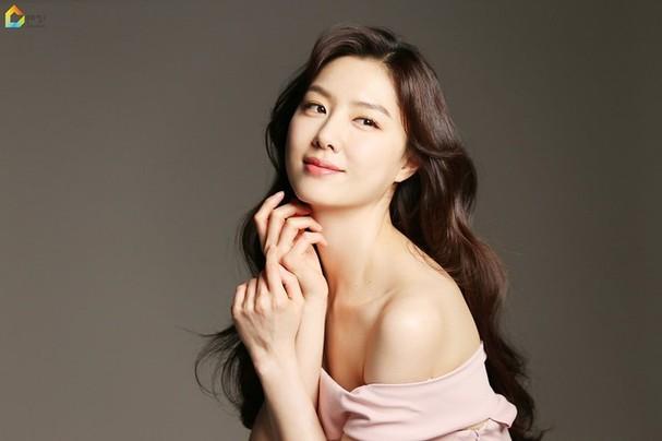Mê mẩn sắc vóc quyến rũ của 'chị đại Triều Tiên' phim Hạ cánh nơi anh - ảnh 1