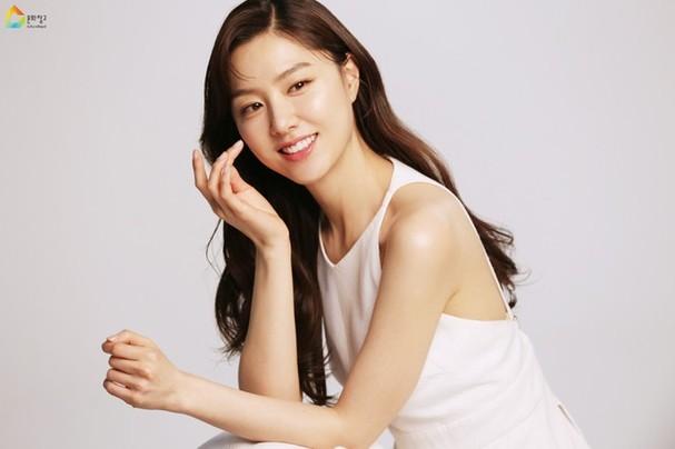 Mê mẩn sắc vóc quyến rũ của 'chị đại Triều Tiên' phim Hạ cánh nơi anh - ảnh 3