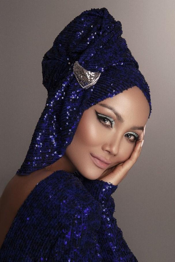 """Người đẹp vừa trở lại sau vài ngày """"ở ẩn"""" với bộ ảnh mới. Cô biến hóa linh hoạt cùng những loại mũ quấn vải, thể hiện hình ảnh """"tắc kè hoa"""" quyến rũ nhưng không kém phần bí ẩn."""