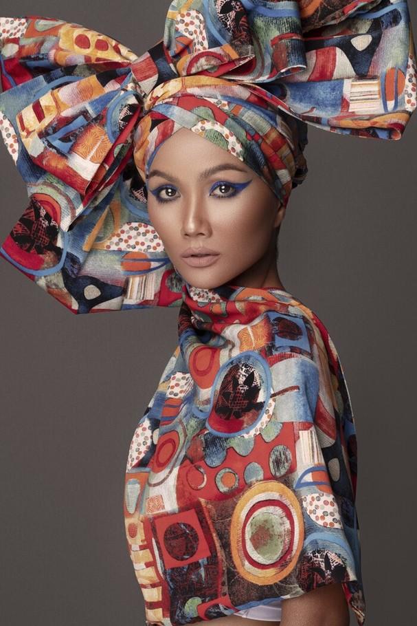 Mới đây, hoa hậu H'hen Niê vừa xác nhận chia tay bạn trai sau 2 năm công khai. Sau đó, cô cho biết bản thân đang tập trung sự nghiệp để chăm lo cho gia đình.