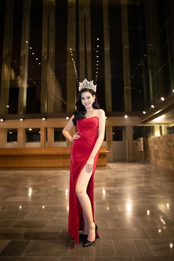 Bên cạnh đó sắc đỏ rực nổi bật đúng chủ đề Giáng Sinh cùng chiếc vương miện lấp lánh khiến cho nàng hậu gốc Thanh Hóa càng thêm rạng ngời.