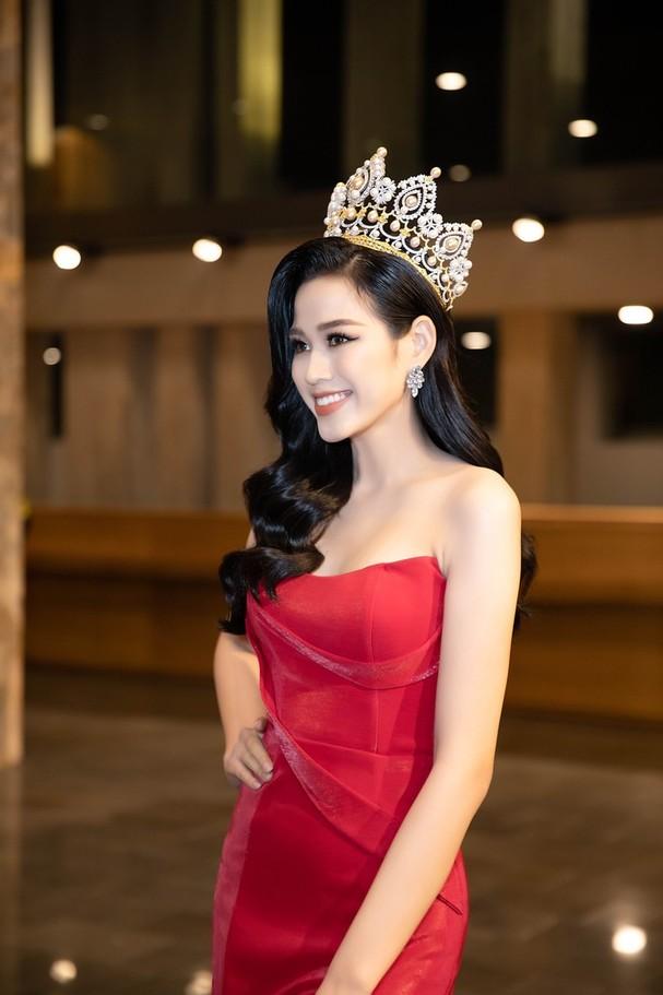 Sự xuất hiện của Hoa hậu Đỗ Thị Hà nhanh chóng thu hút sự chú ý của khán giả. Rất nhiều fans đã đề nghị được chụp ảnh với Hoa hậu Đỗ Thị Hà.