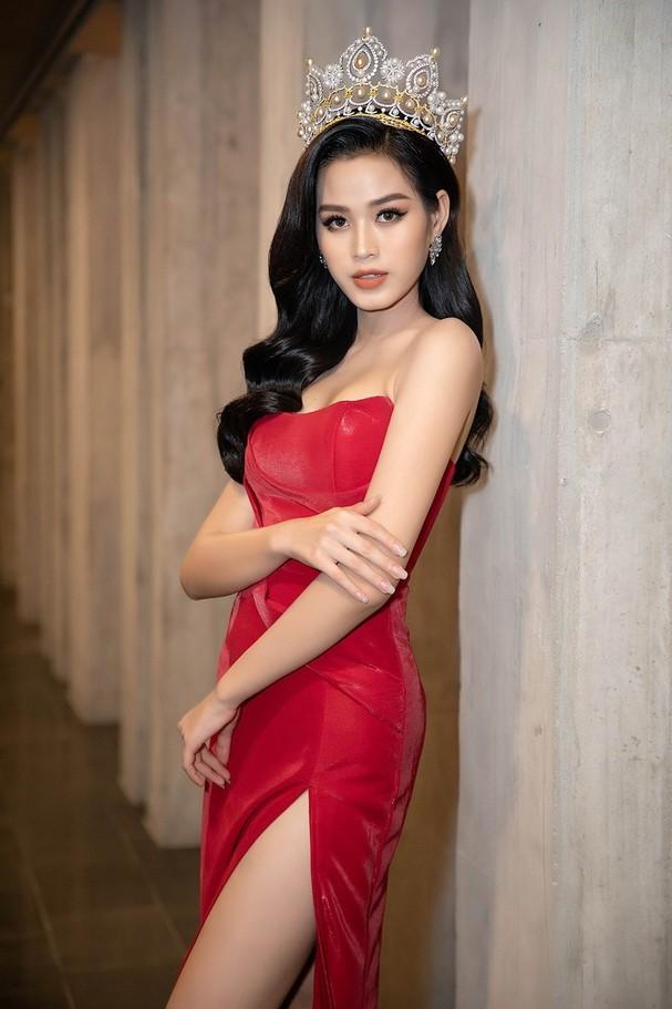 Tối 25/12, Hoa hậu Đỗ Thị Hà tham dự một sự kiện tại Quy Nhơn. Cô diện bộ váy xẻ đùi gợi cảm, đeo vương miện lấp lánh.