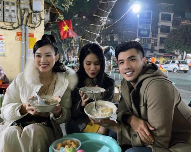 Đi ăn vỉa hè, Hoa hậu Đỗ Thị Hà và Á hậu Phương Anh giản dị vẫn xinh đẹp rạng rỡ - ảnh 2