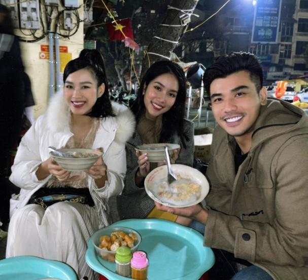 Đi ăn vỉa hè, Hoa hậu Đỗ Thị Hà và Á hậu Phương Anh giản dị vẫn xinh đẹp rạng rỡ - ảnh 1