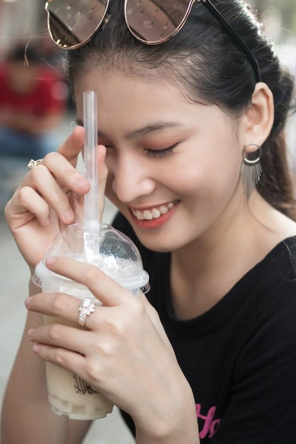 Đi ăn vỉa hè, Hoa hậu Đỗ Thị Hà và Á hậu Phương Anh giản dị vẫn xinh đẹp rạng rỡ - ảnh 9