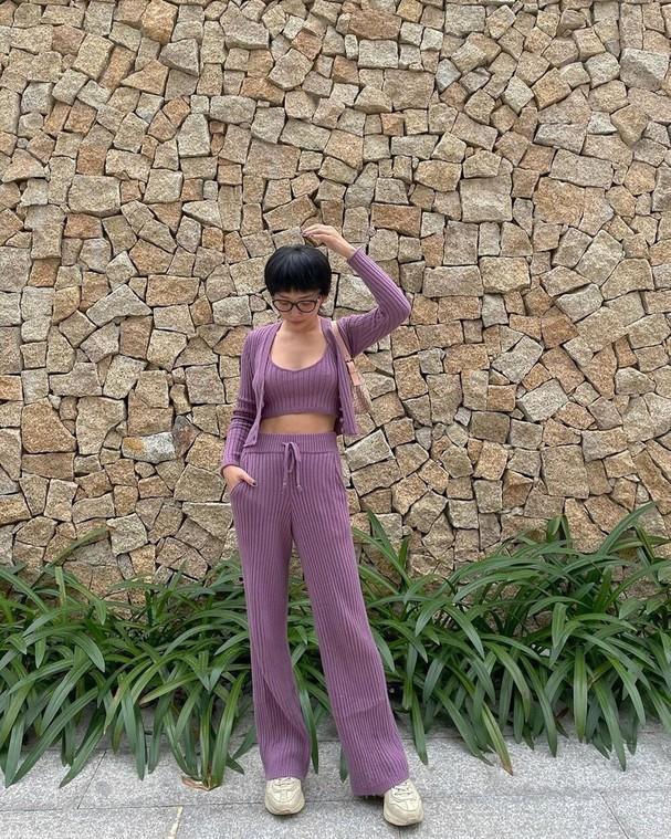 Nữ ca sĩ 30 tuổi nổi tiếng với nhan sắc cá tính cùng vóc dáng nóng bỏng. Cô không ngại đăng tải các hình ảnh trong trang phục ôm sát, cắt xẻ hoặc những bikini để khoe triệt để lợi thế ngoại hình.