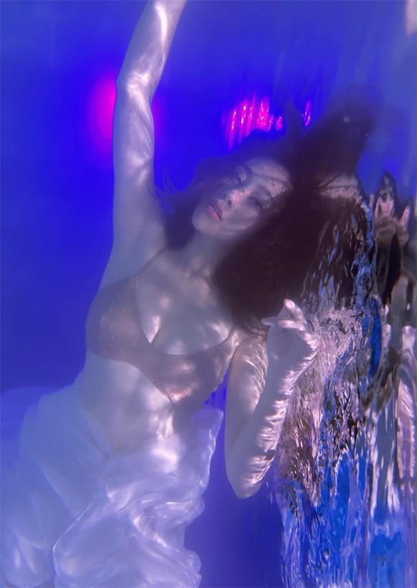 """Phương Oanh gây sốt với bộ ảnh mang phong cách """"độc lạ"""" trong bể bơi - Ảnh 3."""