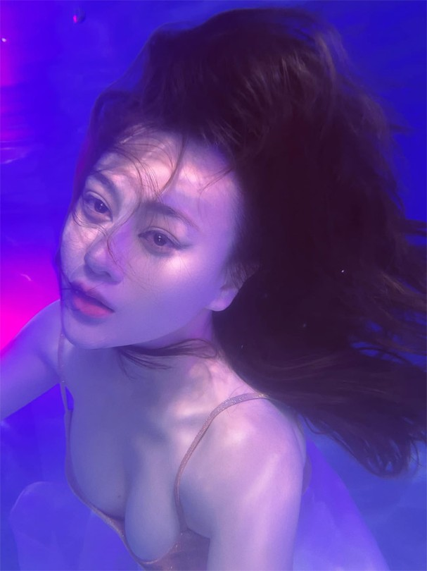 """Phương Oanh gây sốt với bộ ảnh mang phong cách """"độc lạ"""" trong bể bơi - Ảnh 5."""