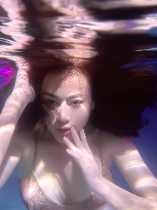 """Phương Oanh gây sốt với bộ ảnh mang phong cách """"độc lạ"""" trong bể bơi - Ảnh 6."""