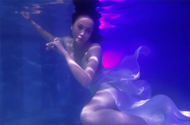 """Phương Oanh gây sốt với bộ ảnh mang phong cách """"độc lạ"""" trong bể bơi - Ảnh 7."""