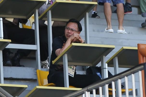 HLV Ong Kim Swee có mặt ở sân Wibawa Mukti chiều qua để do thám Olympic Việt Nam và Olympic Nhật Bản