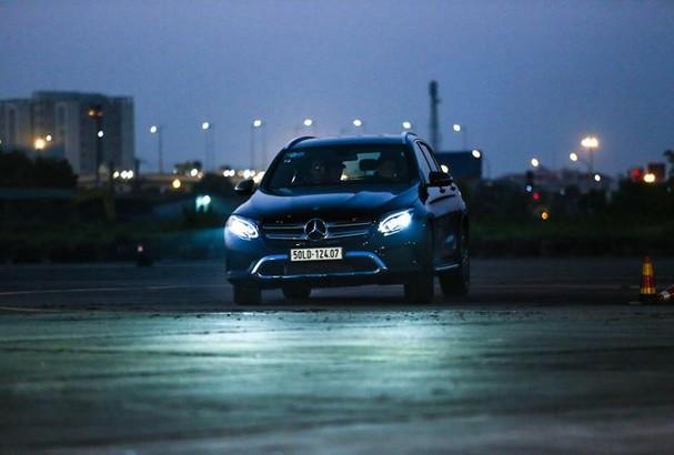 Tài xế cần sử dụng đèn ra sao khi lái xe vào ban đêm?