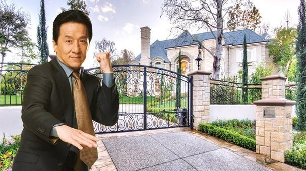 Nam diễn viên Thành Long mua một biệt thự ở Beverly Hills, với giá 10.5 triệu USD, nơi đây là nhà của nhiều sao Hollywood thuận lợi cho ông khi làm việc tại đây.
